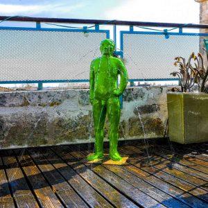 Fabrice Hyber « L'homme de BESSINES » Fontaine en bronze peint (sans la pompe) Hauteur : 86 cm.