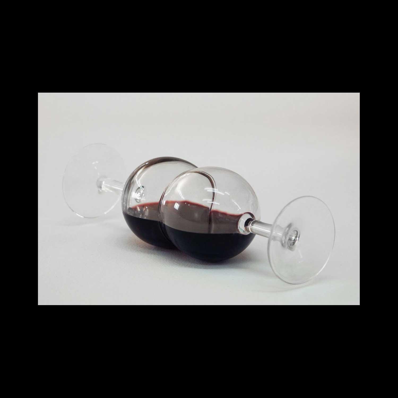 Stéphane Vigny, Glouglou, 2013. 2 verres, vin rouge, 23 x 7,5 x 7,5 cm. Edition de 10 exemplaires