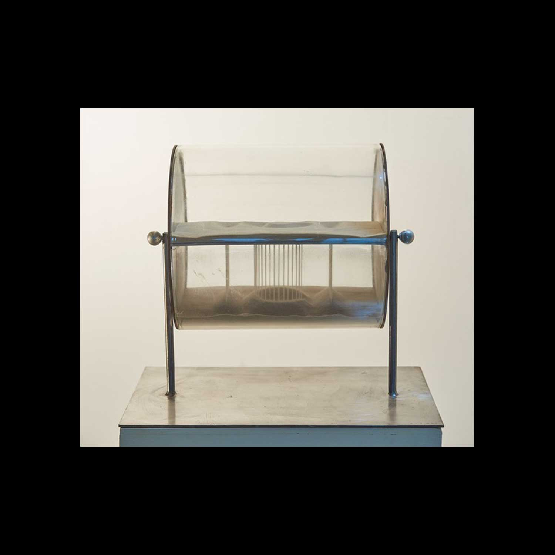Jean-Bernard Métais, ICI, 2010 Sablier, de la série des Êtres-mots. Métal, verre, sable blanc de Fontainebleau, 30 x 36 x 40 cm. 3 exemplaires