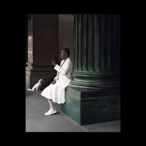 Photographie de Diane Moulenc « 6ème avenue, New-York » dame blanche.