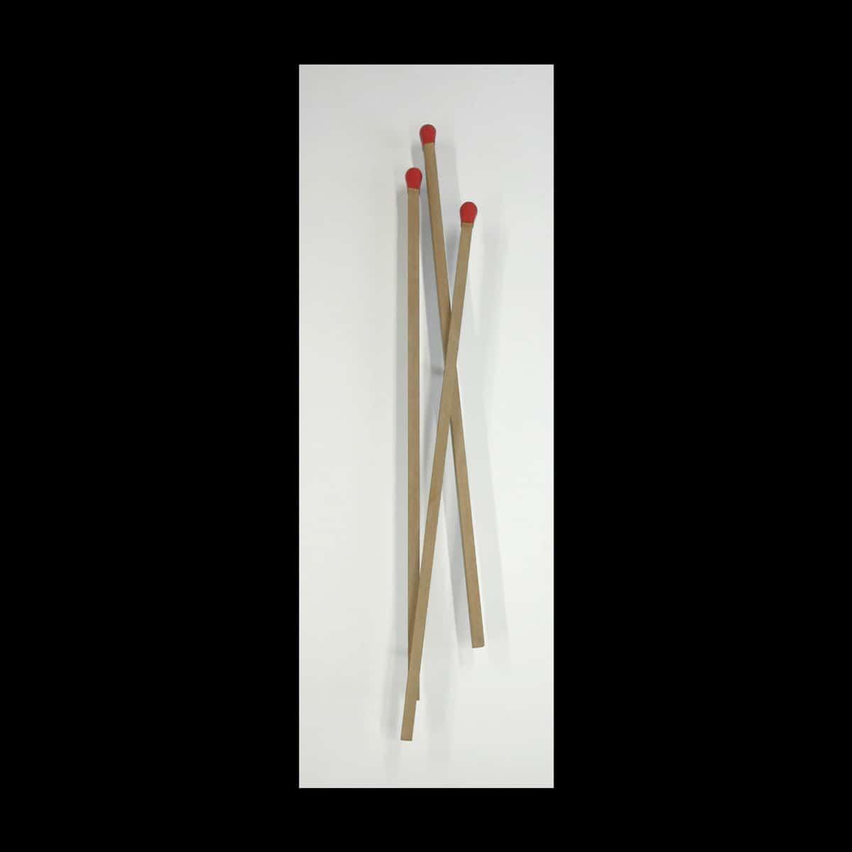 Raymond Hains, Sans titre (Trois allumettes entrecroisées), 2005. Bronze à la cire perdue, patiné, 7/8. 158 x 52 x 15 cm